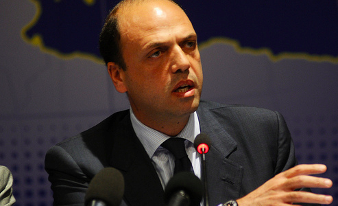 """Angelino Alfano at the EPP Study Days in Palermo, 2011."" di Not Shown - EPP Group Study Days in Palermo. Con licenza CC BY 2.5 tramite Wikimedia Commons - http://commons.wikimedia.org/wiki/File:Angelino_Alfano_at_the_EPP_Study_Days_in_Palermo,_2011..png#/media/File:Angelino_Alfano_at_the_EPP_Study_Days_in_Palermo,_2011..png"